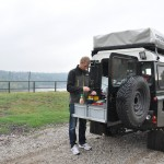 Rutger maakt eten bij het fort