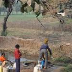 Onderweg naar Varanasi, even water halen bij een pomp
