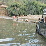 Oversteken van de rivier met de auto ...