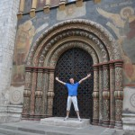 Bij een van de vele versierde deuren