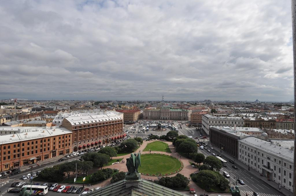 Vanuit een kerk uitzicht op St. Petersburg