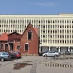 Op het plein: kerkje met een ' modern'  gebouw