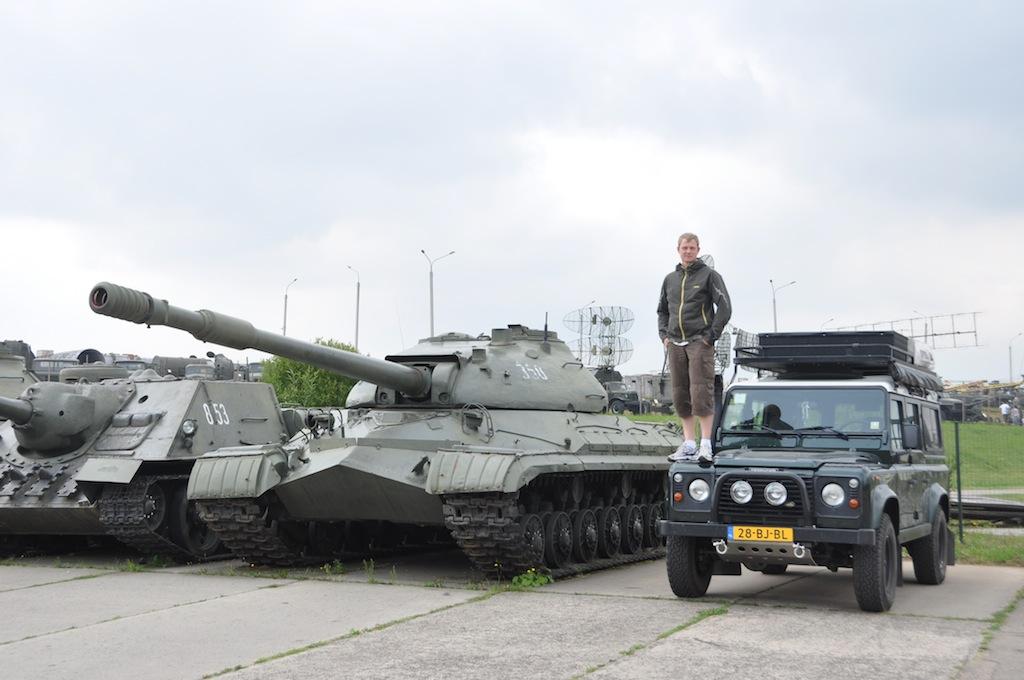 Met de auto bij de tank